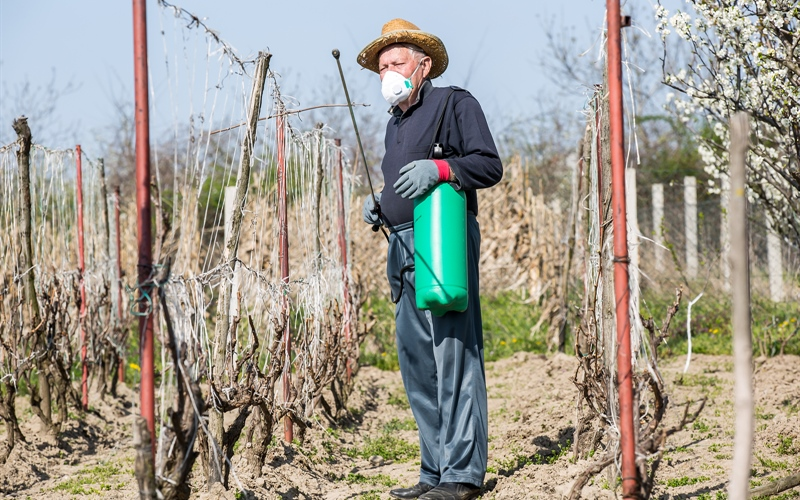 /Portals/0/EasyDNNRotator/733/News/aid357bigstock-A-farmer-sprays-his-vineyard--88288943.jpg